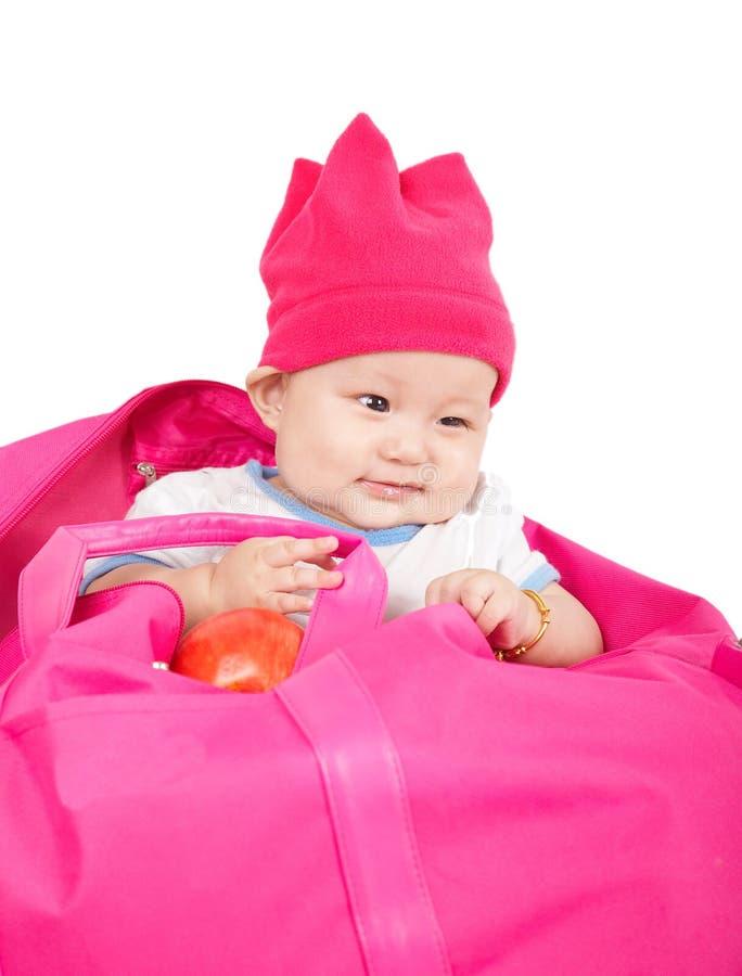 Onschuldige baby in een roze zak stock afbeelding
