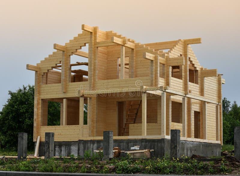Onstruction ¡ Ð домов от склеенных лучей прокатало луч стоковые изображения