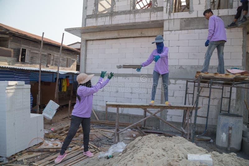 Onstructionarbeiders die daktegels installeren royalty-vrije stock fotografie