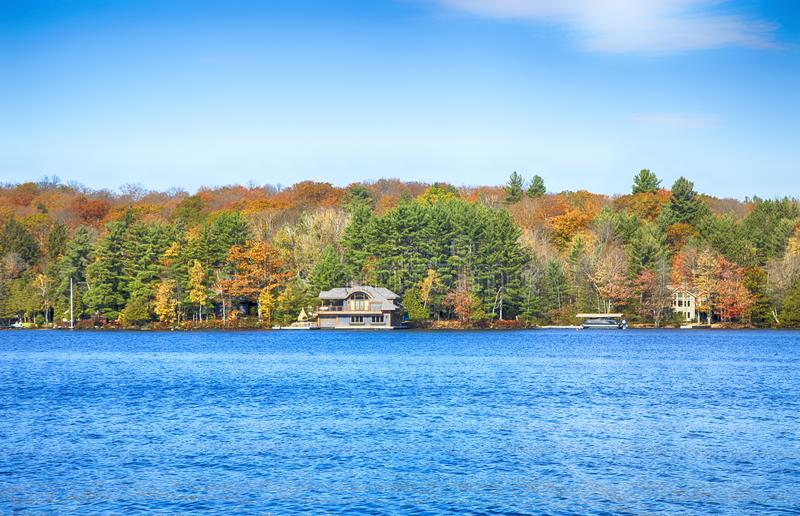 ONTARIO - CANADA, LE 22 OCTOBRE 2017 : Automne sur des lacs Muskoka, Ontario photographie stock libre de droits
