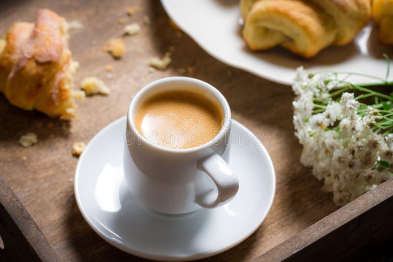Ontbijt aan bed met hete koffie en een croissant royalty-vrije stock afbeeldingen