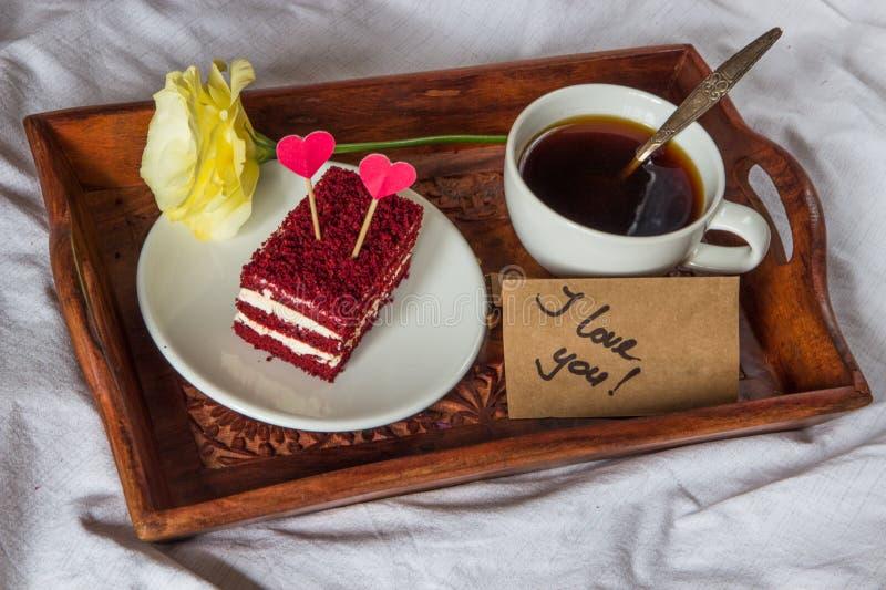 Ontbijt in bed Kop, koffie, rood, fluweel, cake en tekst I liefde stock foto's
