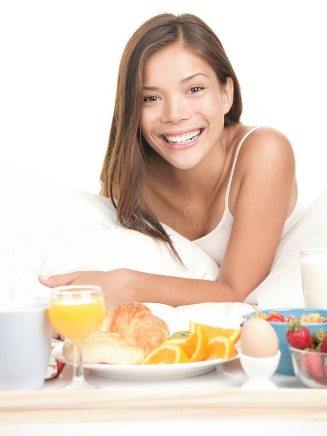Ontbijt in bedvrouw stock foto