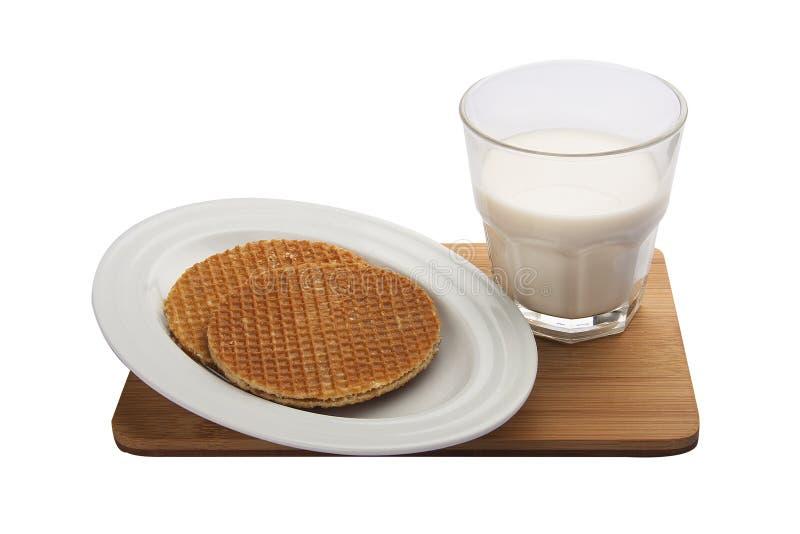Ontbijt Belgische wafels met melk stock foto's