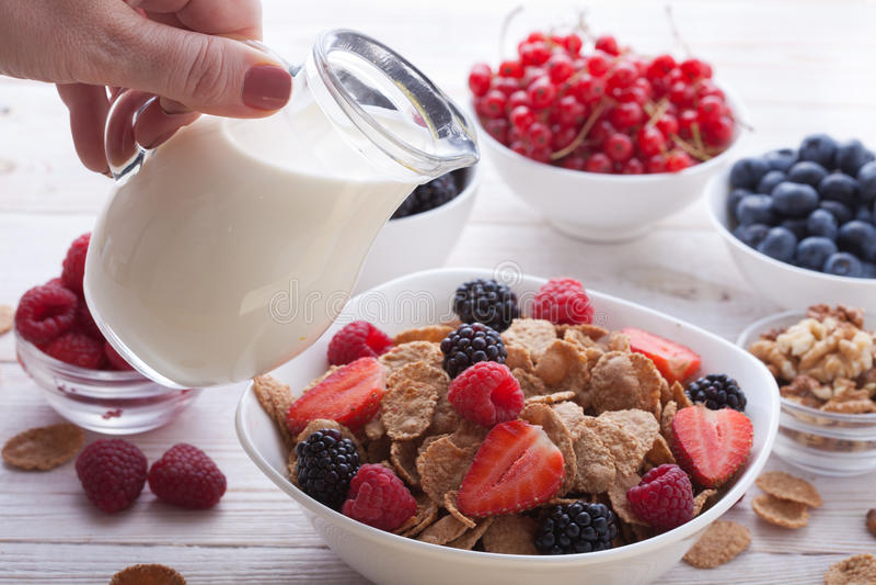 Ontbijt - bessen, fruit en muesli op witte houten stock foto's