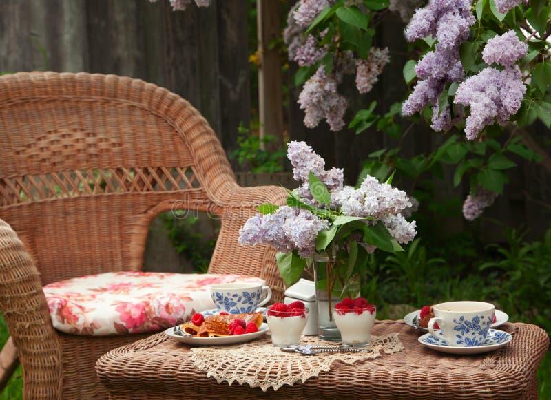 Ontbijt bij de tuin stock afbeeldingen