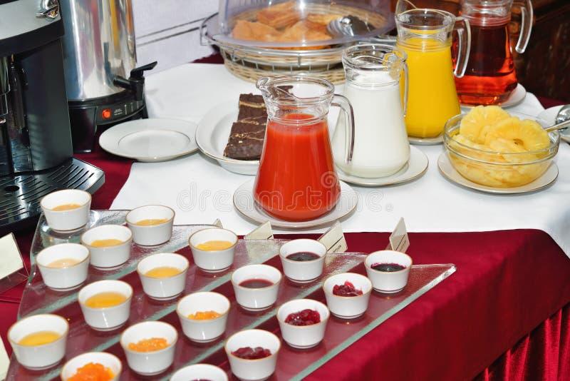 Ontbijt bij het hotel. Het Buffet van het ontbijt. royalty-vrije stock afbeeldingen
