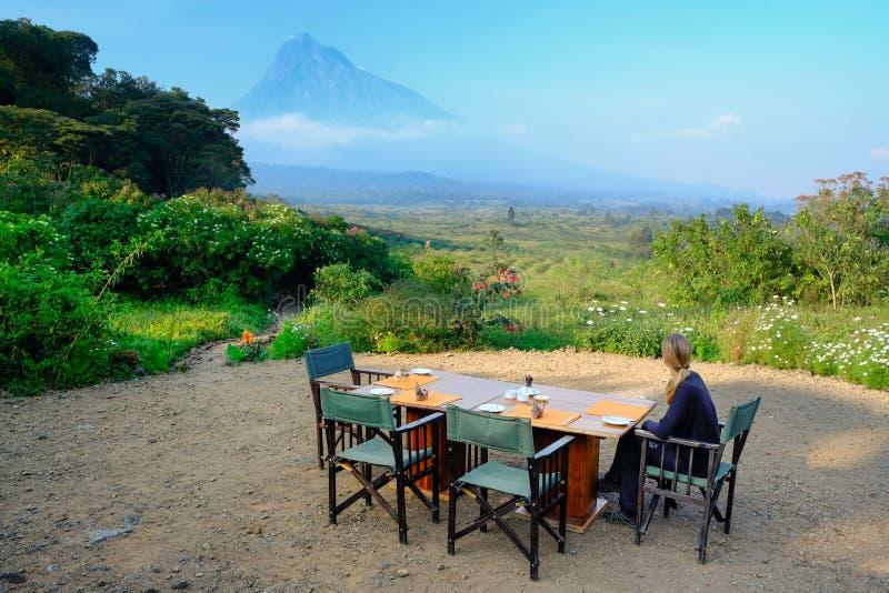 Ontbijt bij luxekamp die een vulkaan in Virunga-Na overzien stock afbeelding