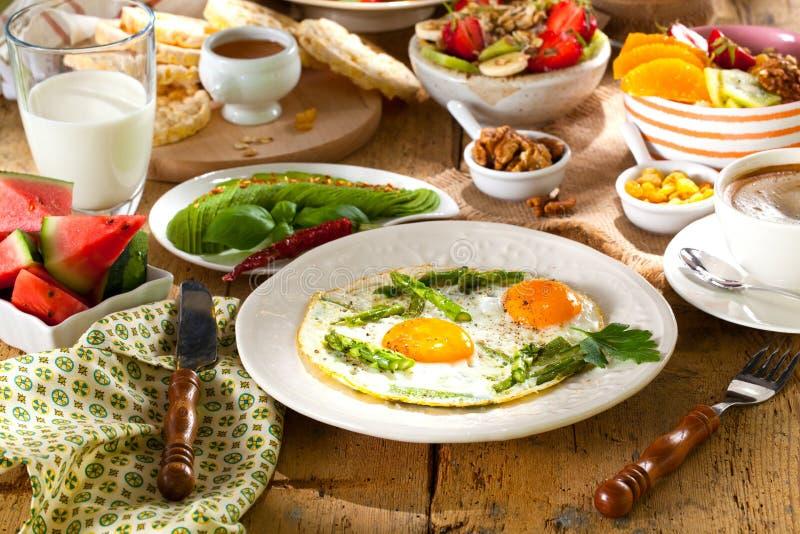 Ontbijt of brunchlijst met alle soorten van heerlijke delicatesse wordt gevuld die royalty-vrije stock fotografie