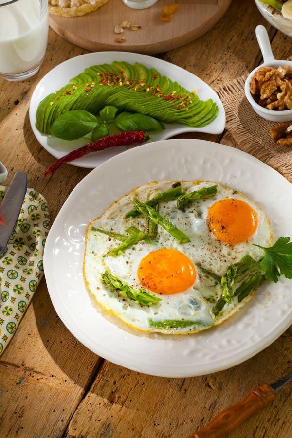 Ontbijt of brunchlijst met alle soorten van heerlijke delicatesse wordt gevuld die stock foto's