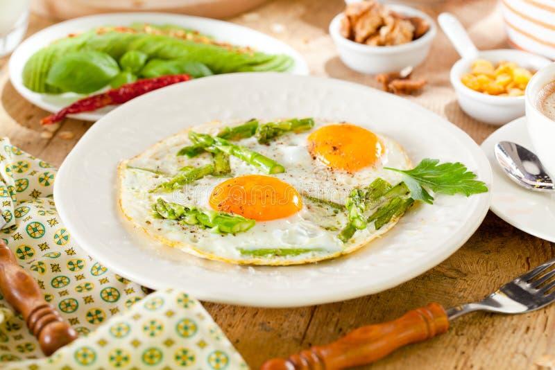 Ontbijt of brunchlijst met alle soorten van heerlijke delicatessen wordt gevuld die stock afbeeldingen
