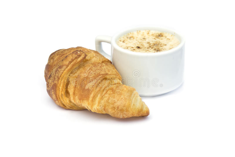 Ontbijt: Cappuccino's en croissant op wit stock foto