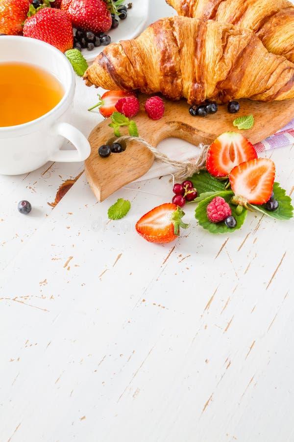 Ontbijt - croissants met bessen stock afbeelding