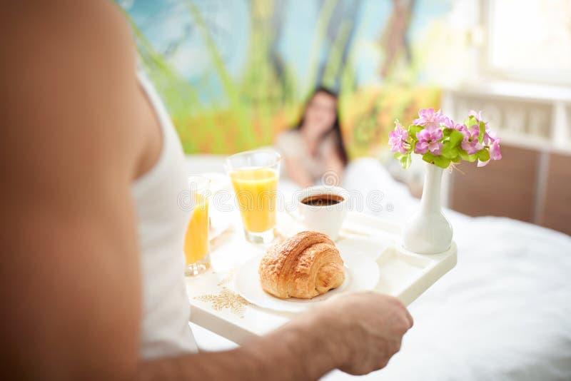 Ontbijt dat op dienblad wordt gediend royalty-vrije stock foto