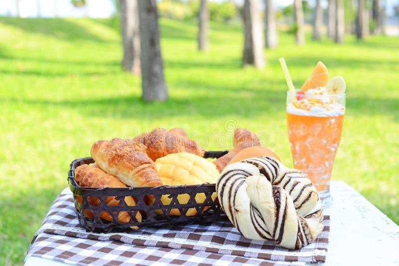 Ontbijt in de tuin stock afbeelding