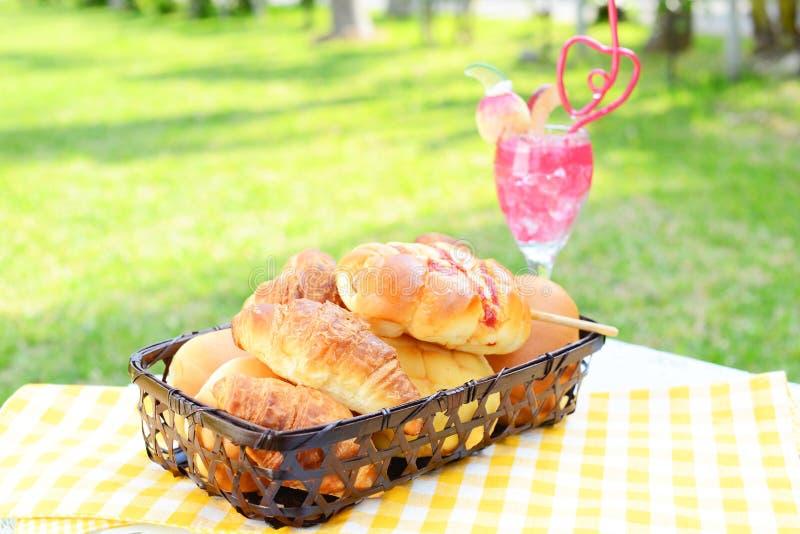 Ontbijt in de tuin stock fotografie