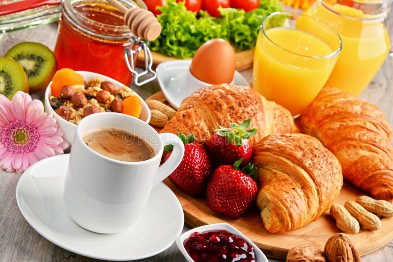 Ontbijt die uit croissants, koffie, vruchten, jus d'orange bestaan royalty-vrije stock foto