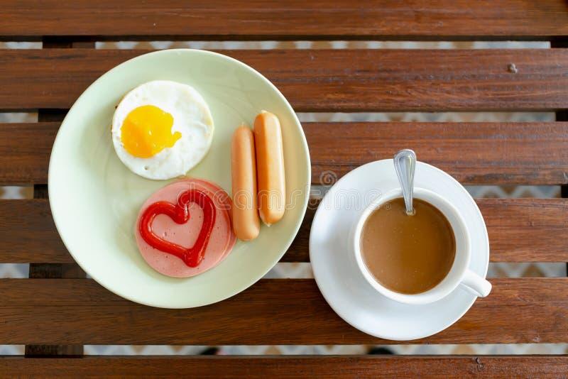 Ontbijt, eieren, worsten, ham en zwarte koffie stock afbeeldingen