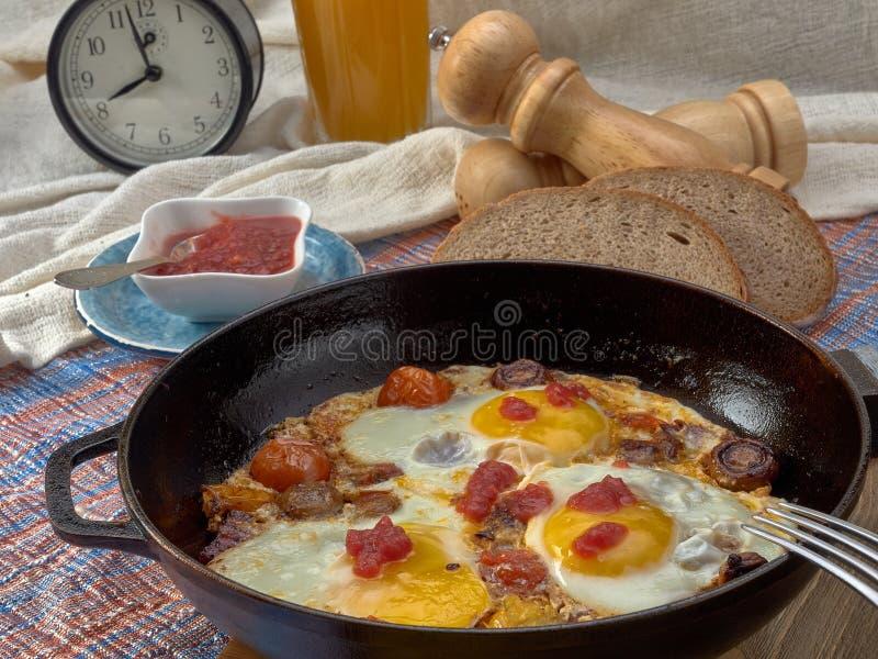 Ontbijt Gebraden eieren met paddestoelen, tomaten en worst stock afbeelding