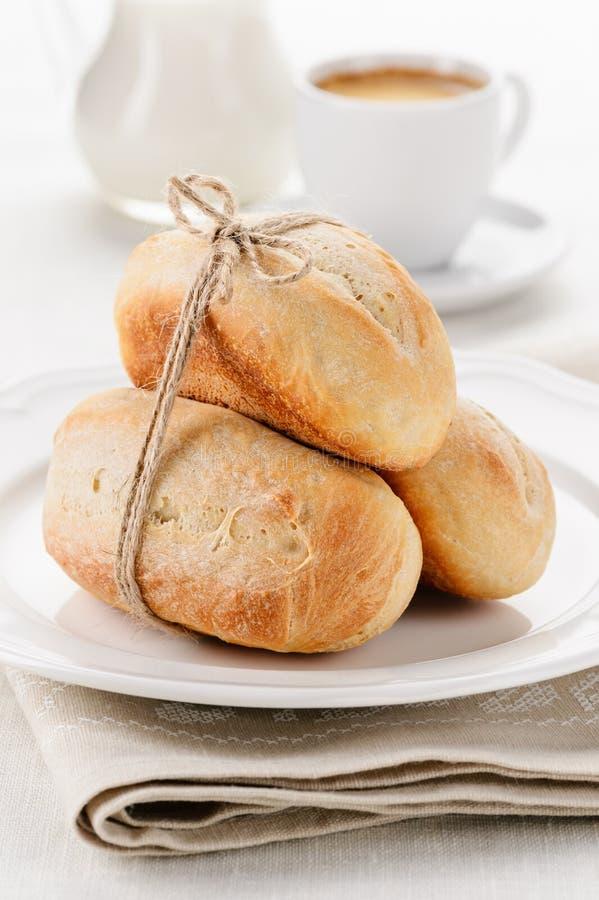 Ontbijt - kleine baguettes met koffie en melk stock foto's