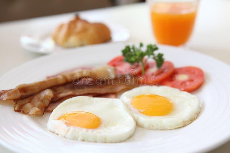 Ontbijt met bacon, gebraden ei stock foto