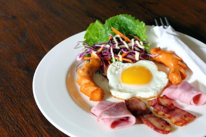 Download Ontbijt Met Bacon, Gebraden Ei, Worsten Op Grunge Stock Afbeelding - Afbeelding bestaande uit gekookt, plaat: 29510905