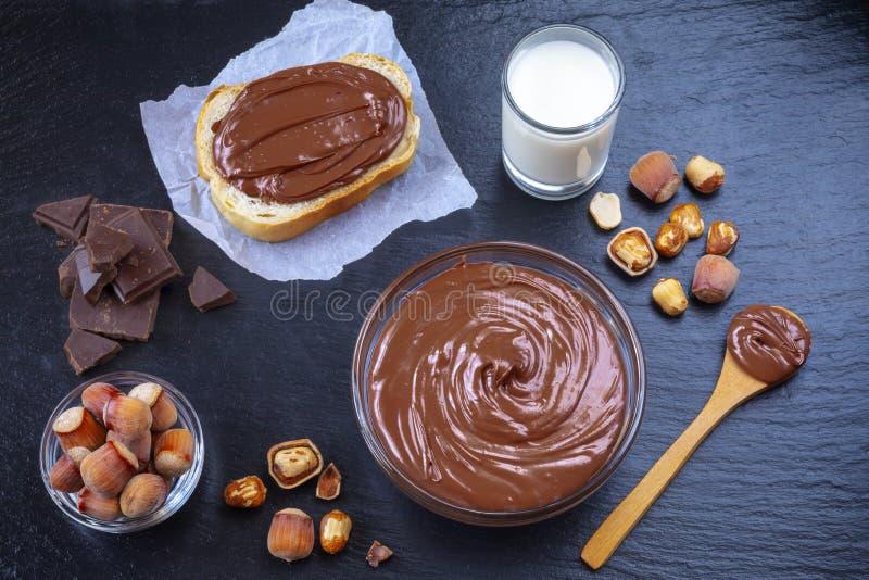 Ontbijt met chocolade die in glaskom wordt uitgespreid royalty-vrije stock afbeelding