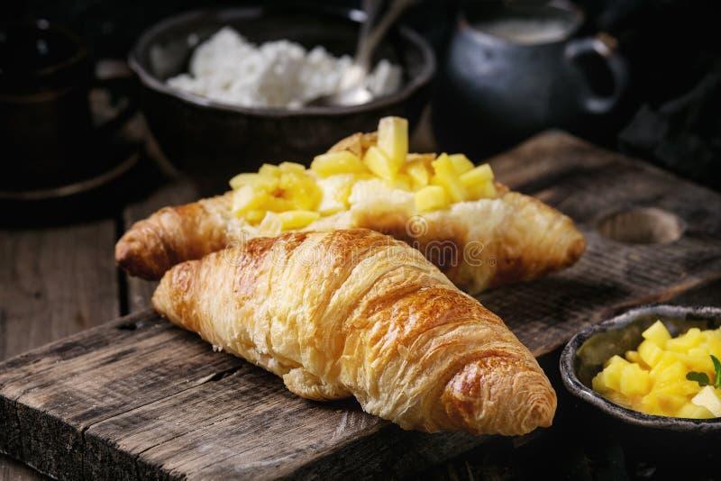 Ontbijt met croissant en mangofruit royalty-vrije stock foto's