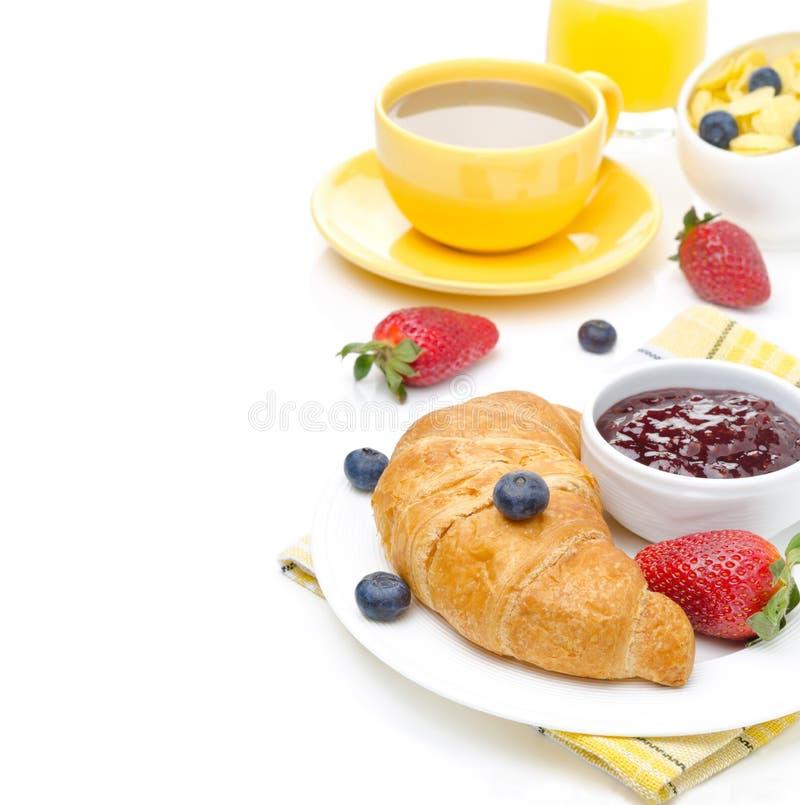 Ontbijt met croissant, jam, verse bessen, koffie stock fotografie