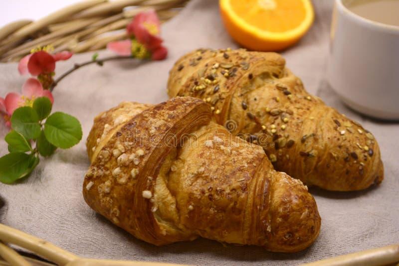 Ontbijt met croissanten en koffie stock foto