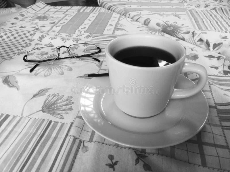 Ontbijt met een cupo van koffie of thee stock fotografie