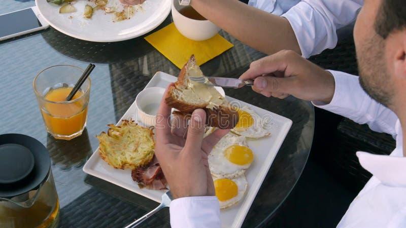 Ontbijt met eierenbrood en jus d'orange en wat beetjeboter stock foto