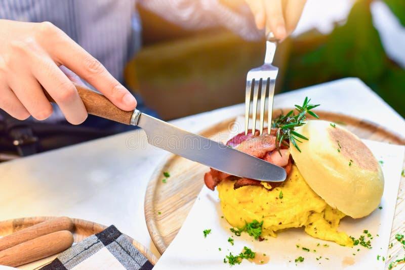 Ontbijt met Engelse Muffin die met Bacon en Ei wordt gevuld royalty-vrije stock afbeeldingen