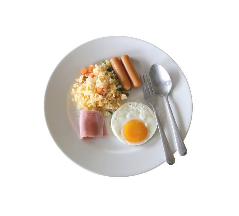 Ontbijt met gebraden rijst en gebraden ei in een witte geïsoleerde schotel stock foto