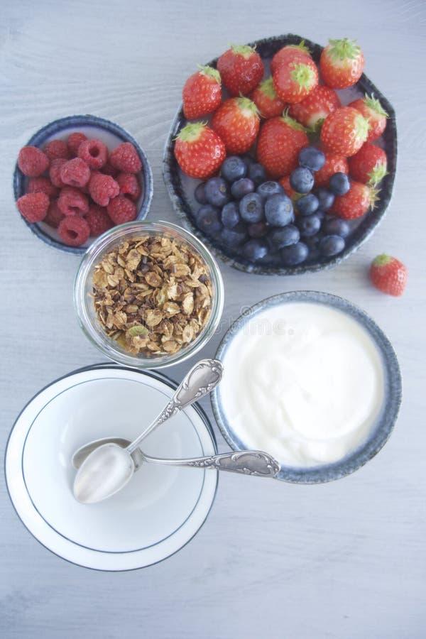 Ontbijt met granola, yoghurt en fruit royalty-vrije stock afbeeldingen