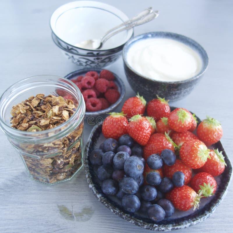 Ontbijt met granola, yoghurt en fruit stock afbeelding