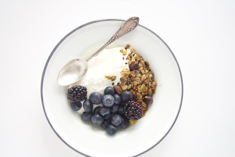 Ontbijt met granola, yoghurt en fruit stock afbeeldingen