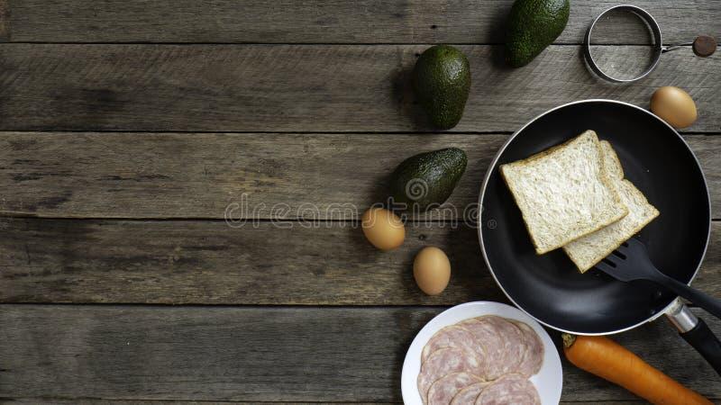 Ontbijt met het verliesdieet van het avocadogewicht het hout stock foto
