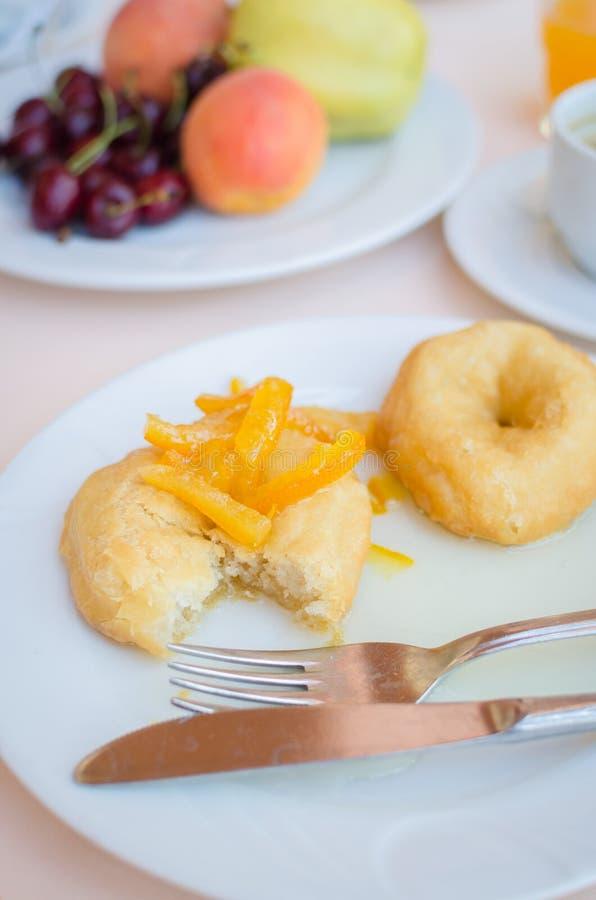 Ontbijt met inbegrip van donuts met geglaceerde oranje jam royalty-vrije stock fotografie