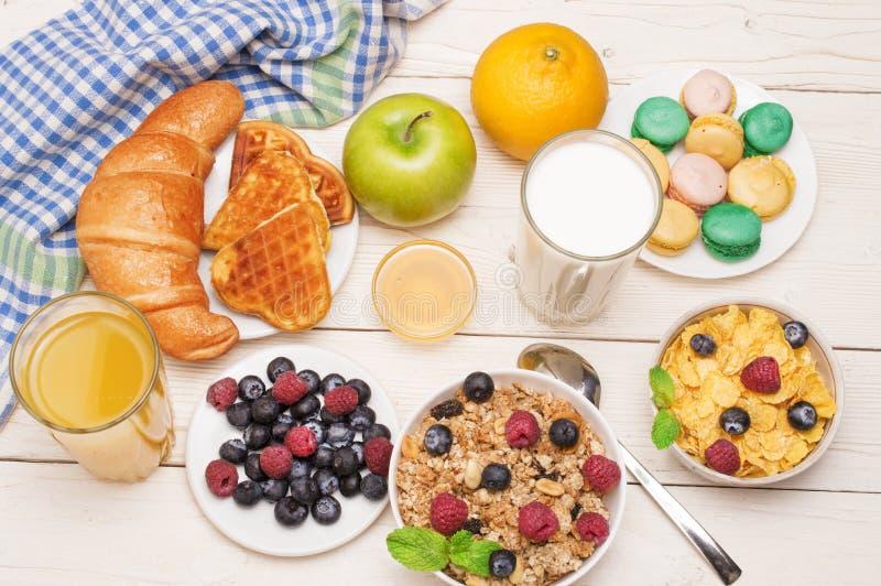 Ontbijt met jus d'orange, croissants, graangewassen en vruchten wordt gediend die Uitgebalanceerd dieet royalty-vrije stock afbeeldingen