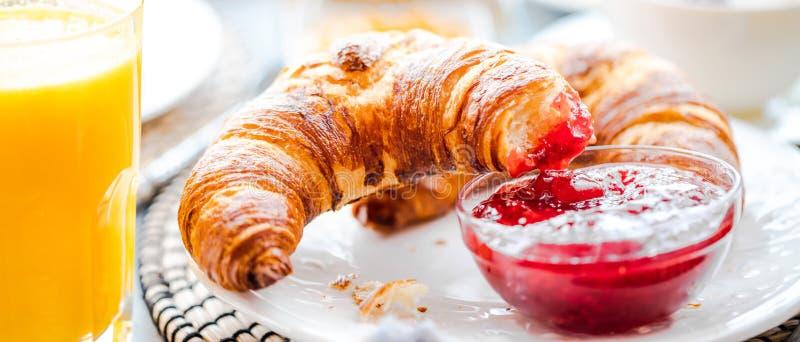 Ontbijt met koffie, jus d'orange, croissants, graangewassen en vruchten wordt gediend die Uitgebalanceerd dieet royalty-vrije stock fotografie