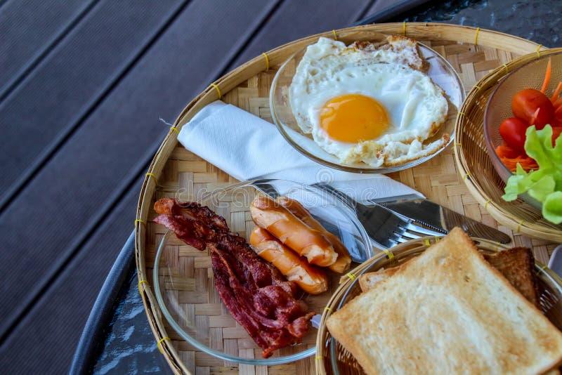 Ontbijt met koffie, jus d'orange, croissants, graangewassen en vruchten wordt gediend die Uitgebalanceerd dieet - Beeld royalty-vrije stock afbeeldingen