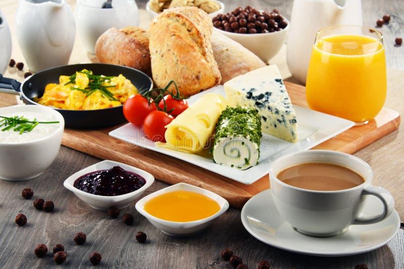 Ontbijt met koffie, kaas, graangewassen en roereieren wordt gediend dat stock fotografie