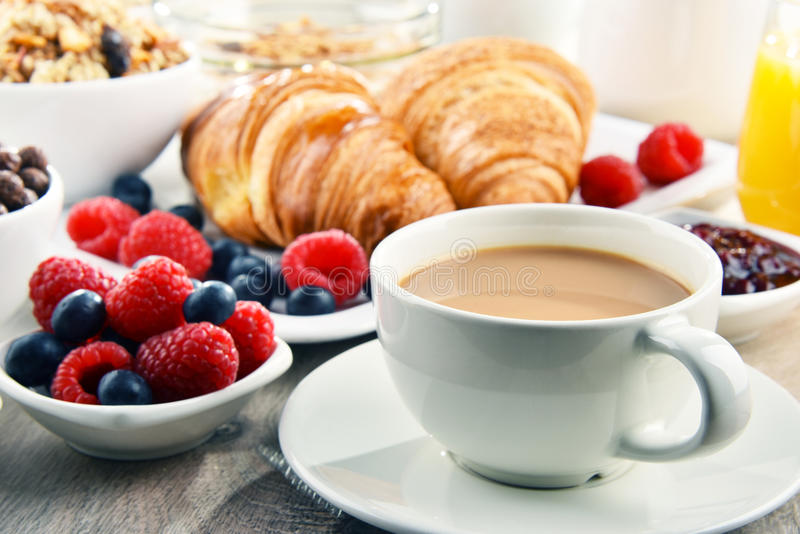 Ontbijt met koffie, sap, croissants en vruchten wordt gediend die royalty-vrije stock foto