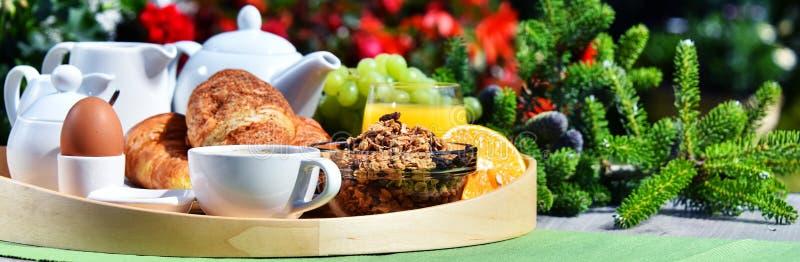 Ontbijt met koffie, sap, croissants en vruchten wordt gediend die royalty-vrije stock afbeeldingen