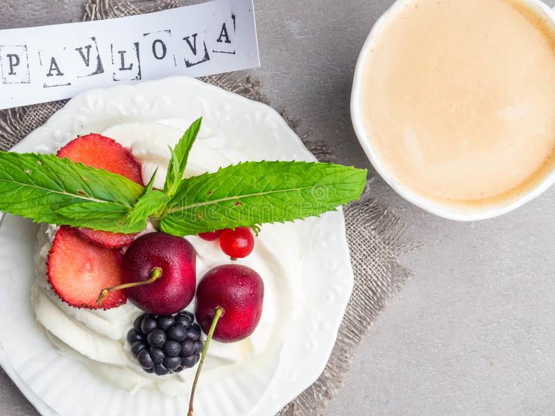 Ontbijt met kop van koffie, zoet dessert Pavlova Vlak leg, hoogste mening stock afbeelding