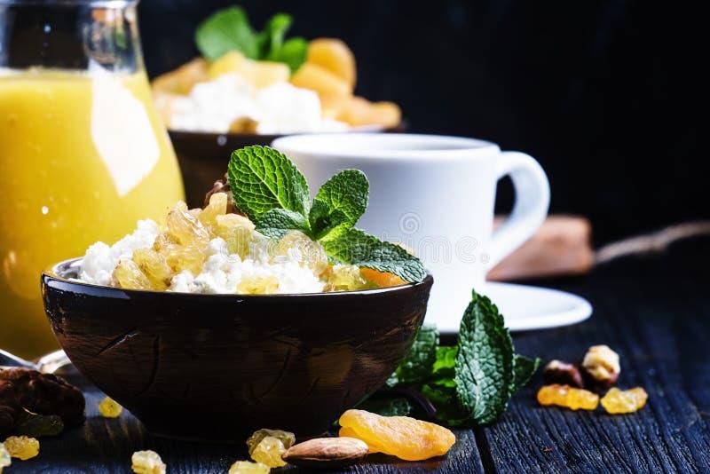 Ontbijt met kwark, droge vruchten, noten, sap, koffie stock afbeeldingen
