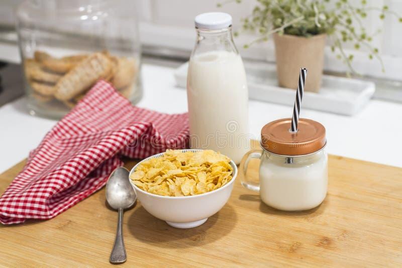 Ontbijt met melk en graangewassen stock afbeeldingen