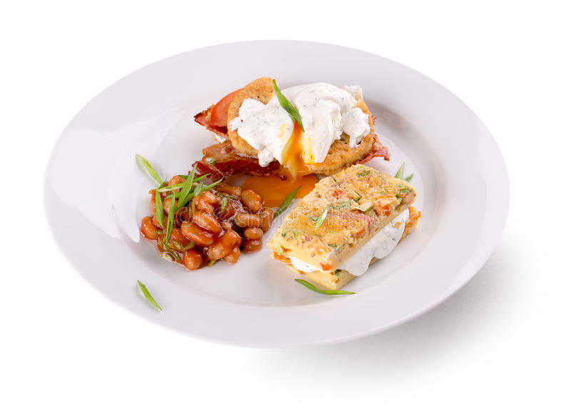 Ontbijt met omeletbroodje en bonen stock foto's