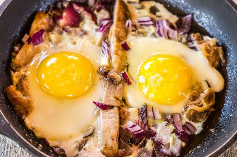 Ontbijt met Roereieren met bacon en uien royalty-vrije stock foto